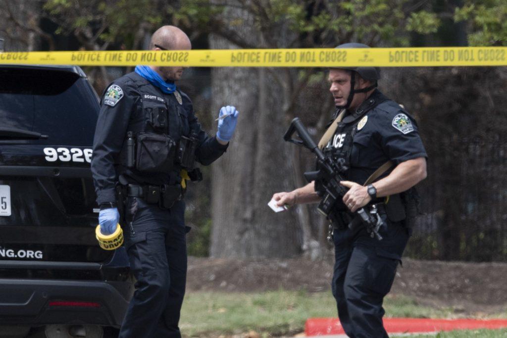 Zes- en achtjarige zetten auto aan de kant nadat vader achter stuur wordt neergeschoten