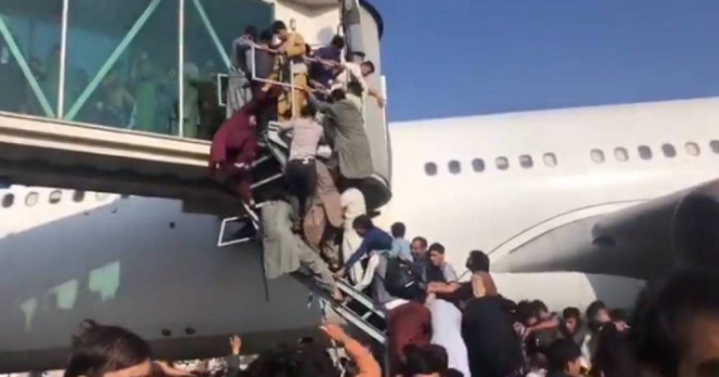 Chaos at Kabul airport as people flock to try to flee the country    Instagram news VTM