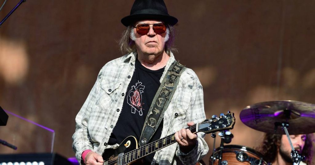 Neil Young calls for concert bans due to pandemic: 'They keep going just for the money' |  Famous