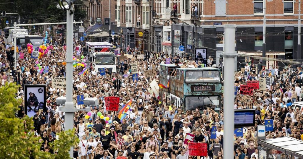 Tens of thousands of Dutch people are protesting against the coronavirus restrictions in the juvenile sector abroad
