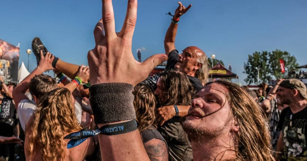 """Thousands of metal fans, festival staff, and artists are having a great time at Alcatraz: """"Full Edition! This feels like going home.""""  