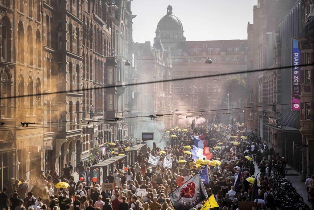 Drukte in Amsterdam door manifestatie tegen coronaregels: minstens 10.000 demonstranten