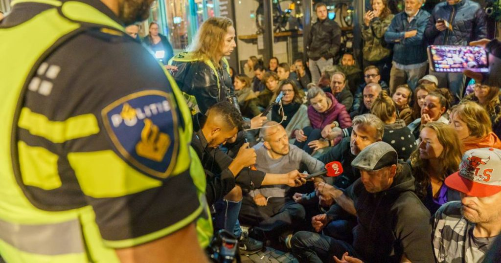 A video showing the unrest in a restaurant in Utrecht due to ignoring the Corona examination, and the municipality intervenes and replaces the work locks    Abroad