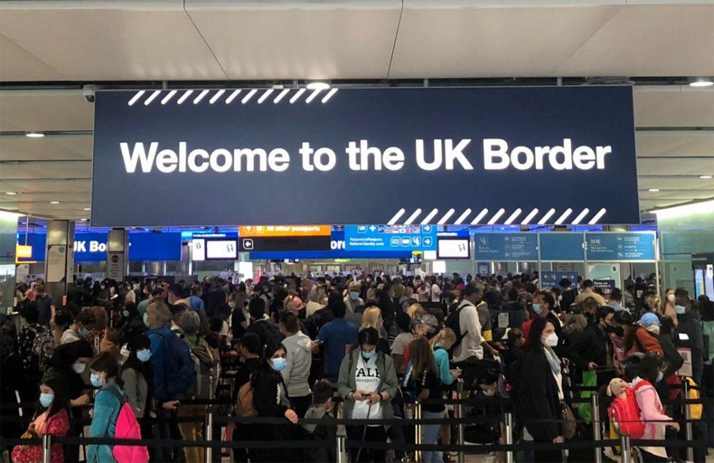 """Britse reizigers moeten uren aanschuiven op luchthaven Heathrow, zwangere vrouw valt flauw: """"Amper twee personeelsleden om duizenden mensen te controleren"""""""