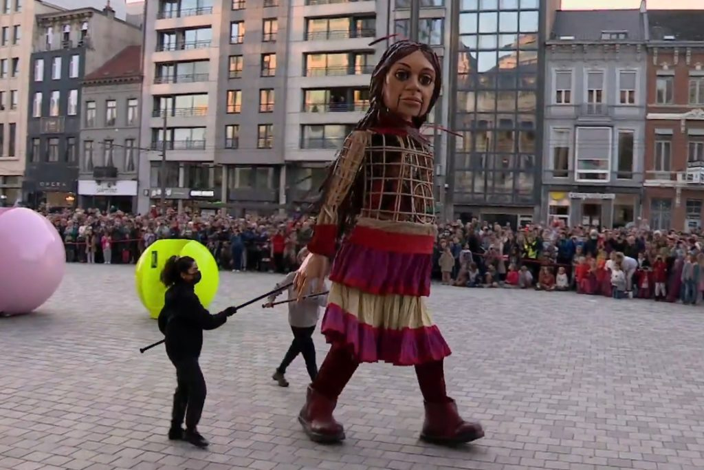 Little Amal has arrived in Antwerp: here you get the male ... (Antwerp)