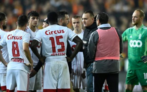 Supporters van Standard betreden het veld, match in Mechelen tijdelijk gestaakt